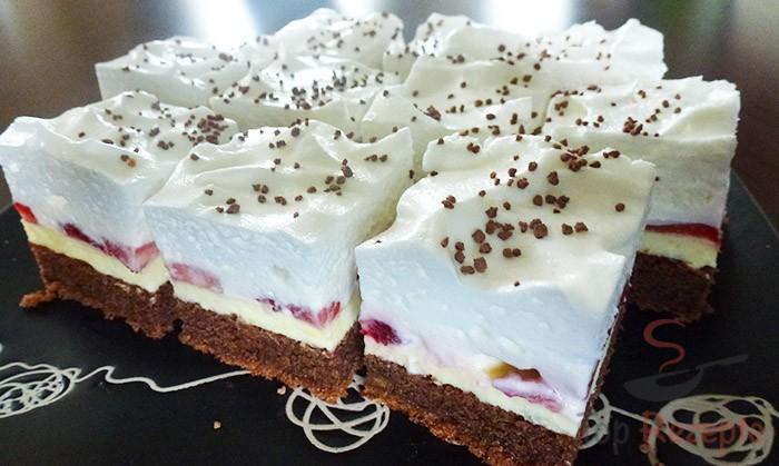Schokoladenkuchen mit Erdbeeren, Vanillecreme und Schlagsahne | Top ...
