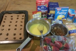 Zubereitung des Rezepts Wunderbare Pudding-Sahne-Schnitten mit Erdbeeren, schritt 6