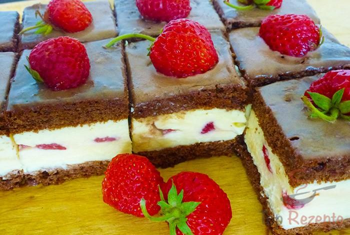 Köstlicher Schokokuchen mit Creme und Erdbeeren | Top-Rezepte.de