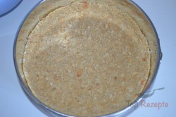 Zubereitung des Rezepts Torte mit Kondensmilchcreme, Erdbeeren und Schlagsahne ohne Backen, schritt 3