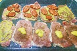 Zubereitung des Rezepts Schweinelachs unter Zwiebel-Wurst-Käse-Haube, schritt 4