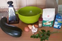 Zubereitung des Rezepts Einfache und schnelle Zucchinipuffer, schritt 1