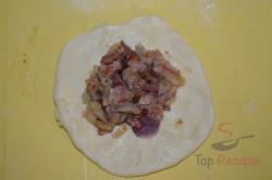 Zubereitung des Rezepts Herzhaftes Gebäck mit Zwiebeln und Speck gefüllt und mit Käse bestreut, schritt 1
