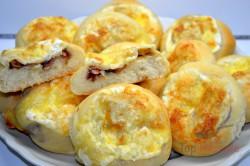 Zubereitung des Rezepts Herzhaftes Gebäck mit Zwiebeln und Speck gefüllt und mit Käse bestreut, schritt 5