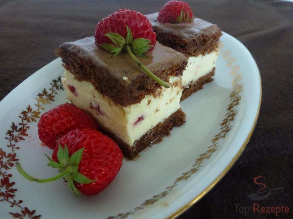 Kostlicher Schokokuchen Mit Creme Und Erdbeeren Top Rezepte De