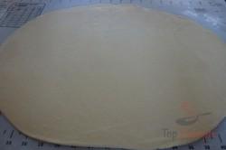 Zubereitung des Rezepts Knusprig zarte Röllchen aus Saure-Sahne-Teig mit Pflaumenmus gefüllt, schritt 2
