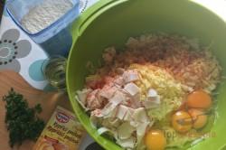 Zubereitung des Rezepts Herzhafter Zucchinikuchen: Zutaten vermischen, aufs Blech geben und backen. Fertig!, schritt 1