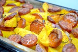 Zubereitung des Rezepts Kartoffeln mit Zwiebeln und Wurst überbacken, schritt 9