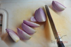 Zubereitung des Rezepts Kartoffeln mit Zwiebeln und Wurst überbacken, schritt 1