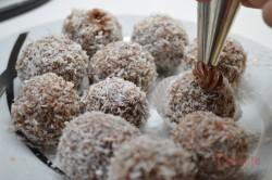 Zubereitung des Rezepts Weihnachtliche Schoko-Kokos-Bällchen ohne Backen (in weniger als einer halben Stunde zubereitet), schritt 6