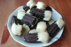 Zubereitung des Rezepts Dunkles Weihnachts-Spritzgebäck in weiße Schokolade getaucht, schritt 1
