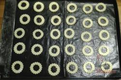 Zubereitung des Rezepts Schwarz-weiße Weihnachtsplätzchen mit Schokocreme, schritt 2
