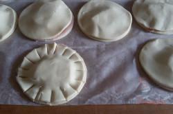 Zubereitung des Rezepts Fantastische und megaschnelle Blätterteig-Blümchen mit Schinken und Käse, schritt 7