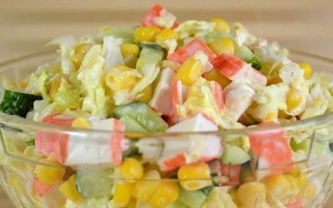 Salat mit Surimi Sticks